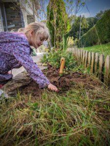 Hé marraine, on plante tes fleurs dans le jardin !