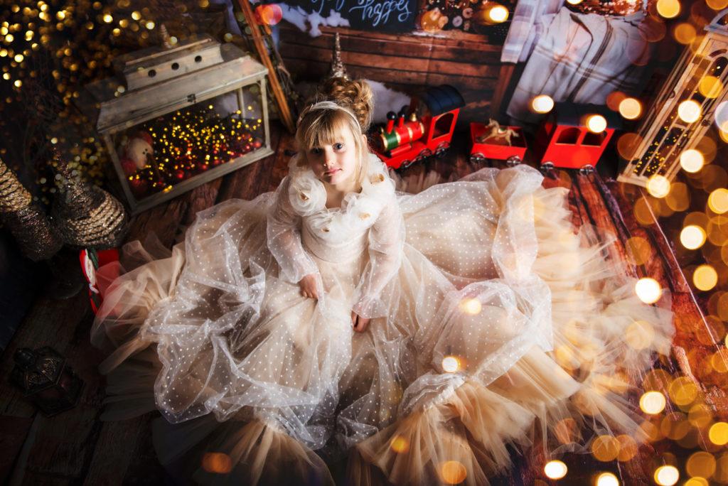 Rose pose dans le nouveau studio de Noël - Petite Snorkys Photography