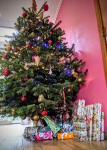Les cadeaux patientent sous le sapin