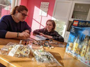Maman et Charly monte le château de Poudlard en LEGO