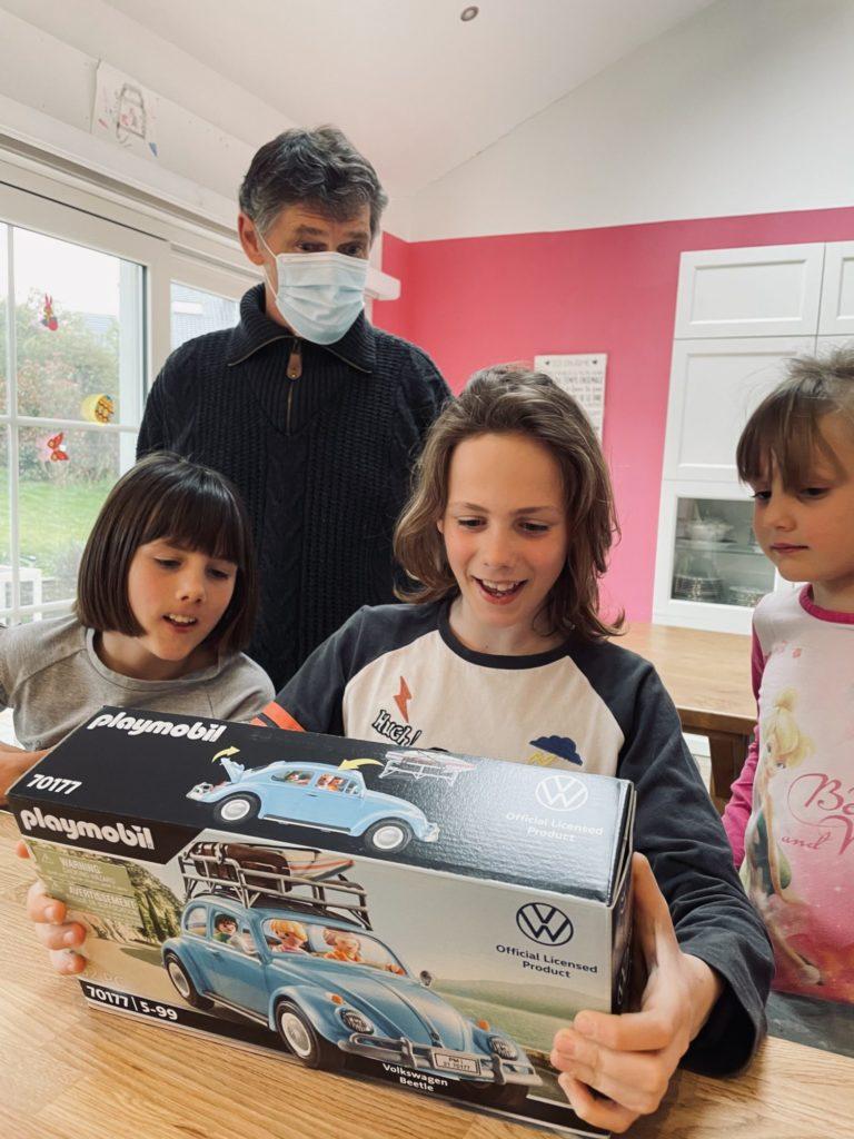 Papy t'a fait une belle surprise pour ton anniversaire, une magnifique Coccinelle Playmobil !