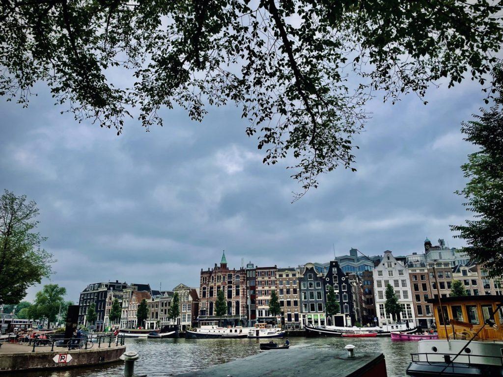 Les jolies maisons le long des canaux d'Amsterdam.