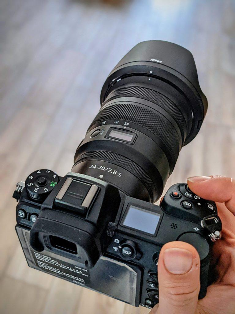 Le Nikon Z6II monté de son 24-70 2.8 Z en main