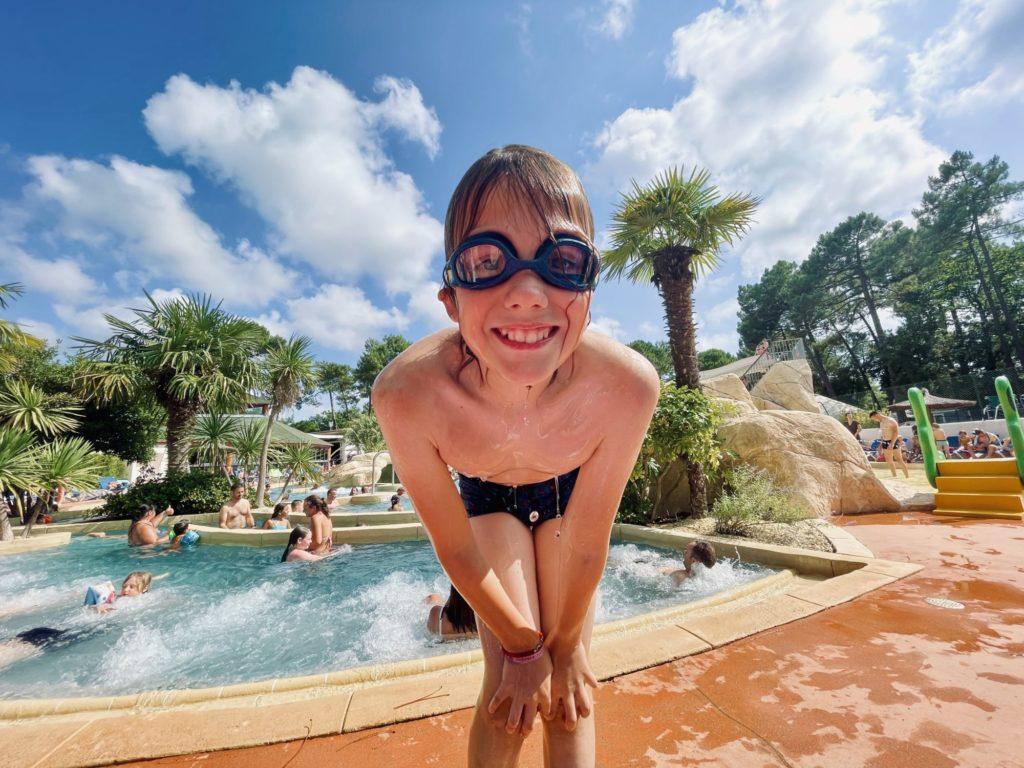 Youpla, on plonge dans la super piscine du Camping Sanday - L'orée du bois